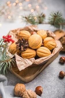 クリスマス料理。ショートブレッドのクルミの形をしたクッキーoreshkiとキャラメル。