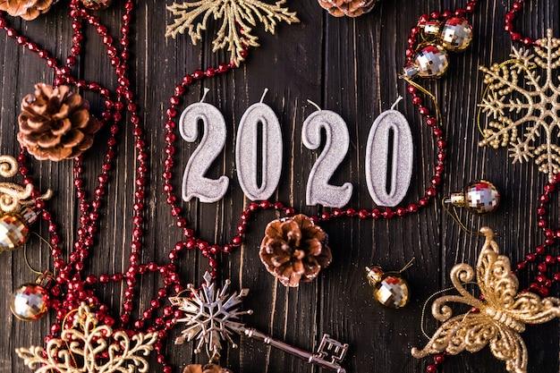 クリスマスフレーム。クリスマスプレゼント、弓、装飾。フラットレイ、上面図。 2020年の新年の装飾