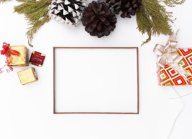 クリスマスフレーム。クリスマスプレゼント、アイデア、弓、インテリア。フラットレイ