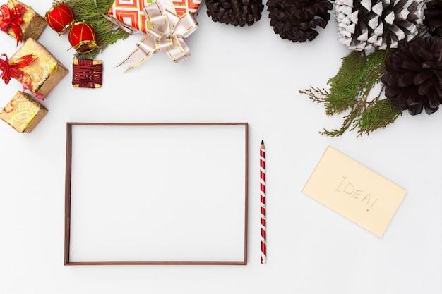 크리스마스 프레임. 크리스마스 선물, 아이디어, 리본, 장식. 평평하다