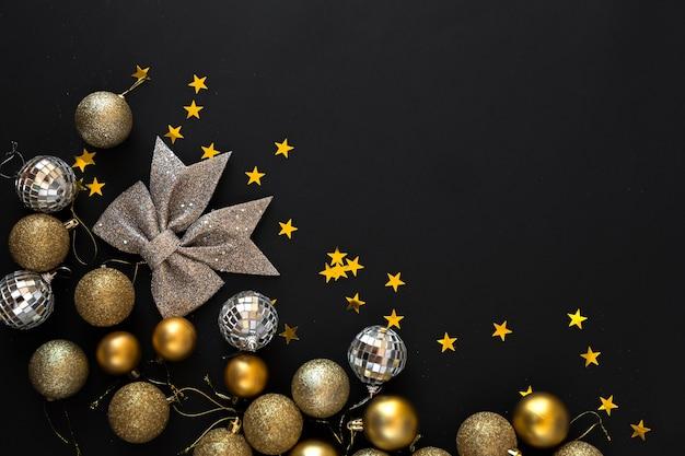 Новогодняя рамка с золотыми шарами