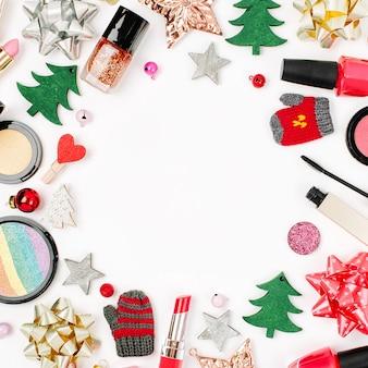 흰색 바탕에 겨울 장식과 화장품으로 만든 크리스마스 프레임입니다. 휴일 및 축하 창의적인 개념입니다. 평평한 평지, 평면도
