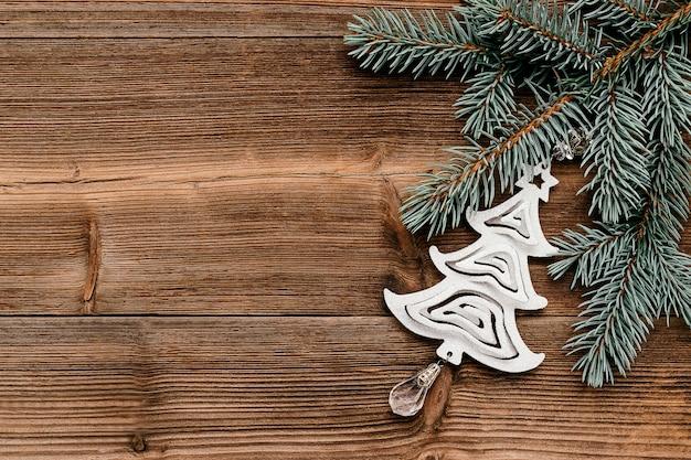 푸른 전나무 나무 가지와 실버 장난감 크리스마스 트리 크리스마스 프레임에 의하여 이루어져있다.
