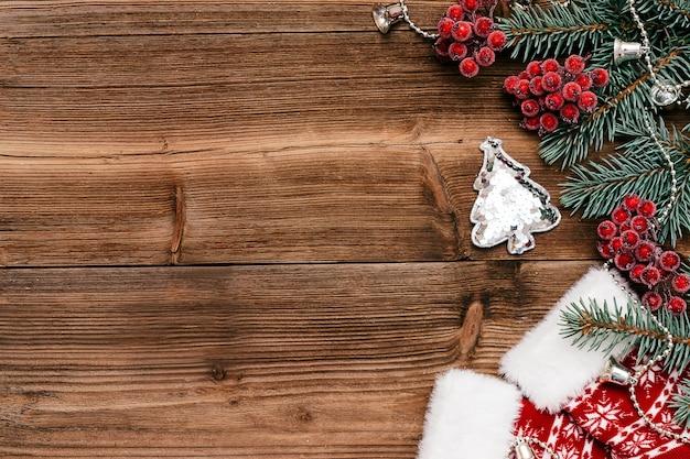 Новогодняя рамка из голубых еловых ветоквибурнум игрушка новогодняя елка