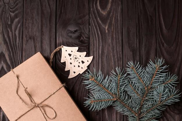 푸른 가문비나무 가지와 공예 종이로 만든 친환경 선물로 만든 크리스마스 프레임