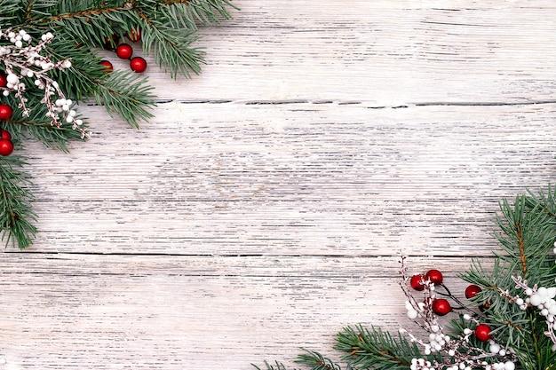 전나무 나무 가지, 열매로 만든 크리스마스 프레임.