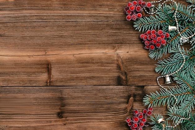 전나무 나무 가지로 만든 크리스마스 프레임