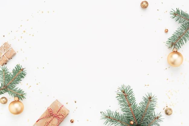 녹색 지점, 선물, 흰색 바탕에 골드 장식의 크리스마스 프레임.