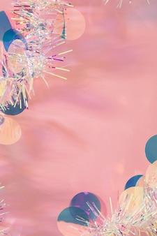 ピンクの背景に輝く見掛け倒しの花輪のクリスマスフレーム、コピースペース。
