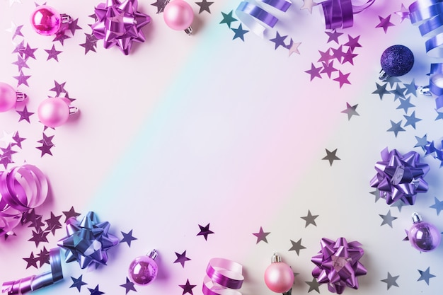 은색과 분홍색 파스텔 장식, 깃발, 틴 셀, 스타, 네온 gradienton 흰색의 크리스마스 프레임. 크리스마스. 평평하다. 복사 공간이있는 평면도