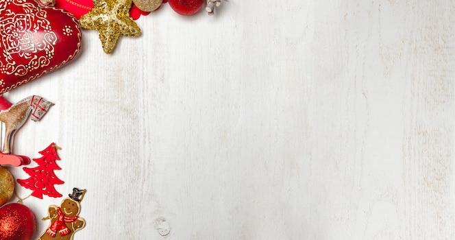 흰색 나무 표면에 크리스마스 프레임