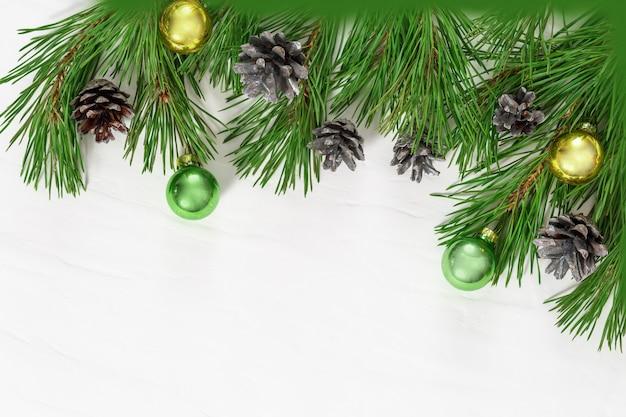 クリスマスフレーム。ガラス玉と枝の松