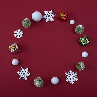 クリスマスフレーム。雪玉、赤の雪片ギフトボックス。