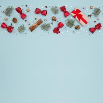 装飾、キャンディー、青い表面のギフトのクリスマスフレーム