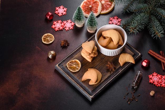 モミの木の枝、ジンジャーブレッドクッキー、スパイス、乾燥オレンジリングのクリスマスフレーム