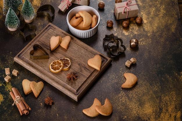 전나무 나뭇가지, 진저브레드 쿠키, 향신료, 말린 오렌지 링이 있는 크리스마스 프레임