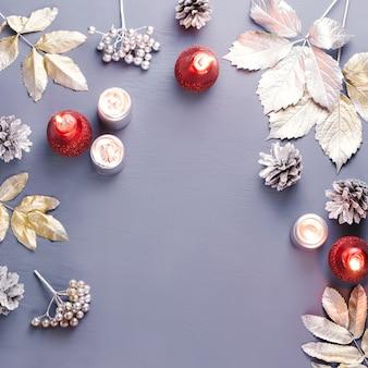 Новогодняя рамка с серебряными листьями и свечами