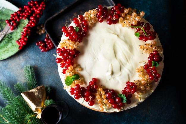Рождественский фруктовый торт с украшением