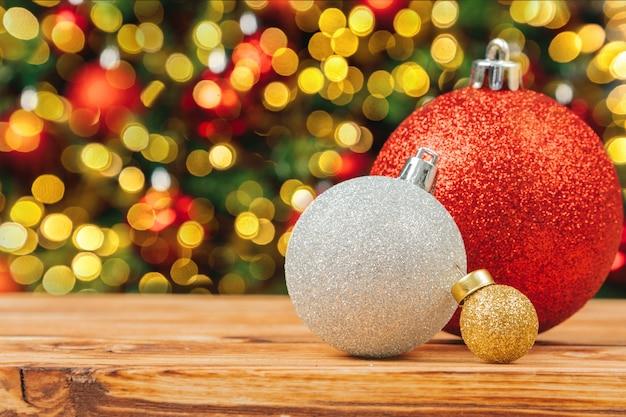 나무 테이블에 크리스마스 모피 트리 장식