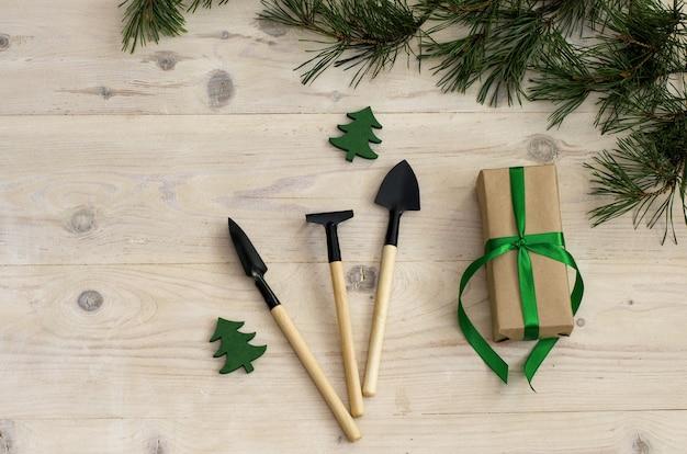 Рождественские садовые инструменты на белом деревянном столе