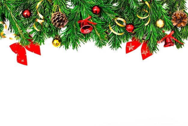 クリスマスの花輪、つまらないものと装飾された純粋な緑の天然トウヒの枝と白い背景で隔離のクリスマスの装飾とバナー