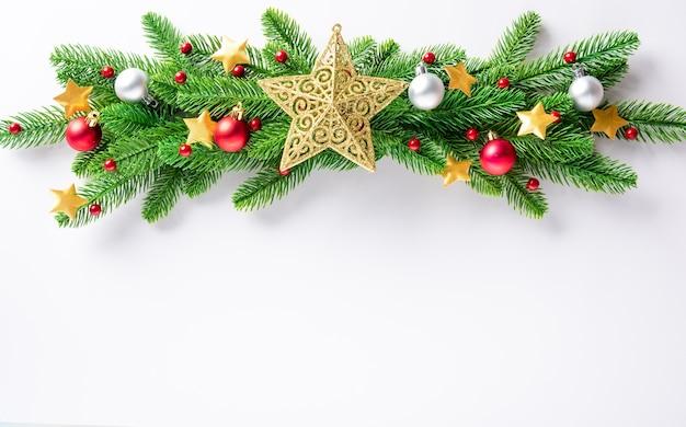 크리스마스 화 환 전나무 나무 가지 장식 공 및 색종이 별