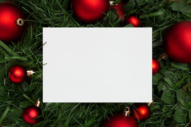 빨간색 테이블에 나뭇잎과 공으로 만든 크리스마스 화 환