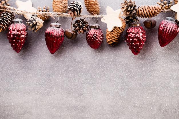 赤いボールと灰色の背景を持つクリスマスの花輪。