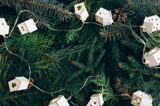 Новогодние гирлянды в виде домика и веток дерева