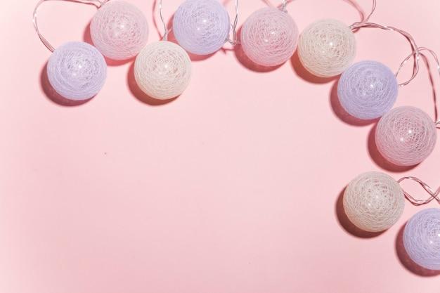 ピンクの背景にクリスマスの花輪