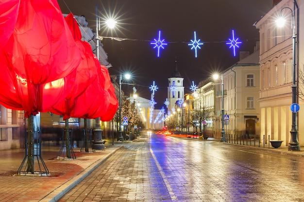 Рождественский проспект гедиминаса и соборная колокольня ночью, вильнюс, литва, страны балтии