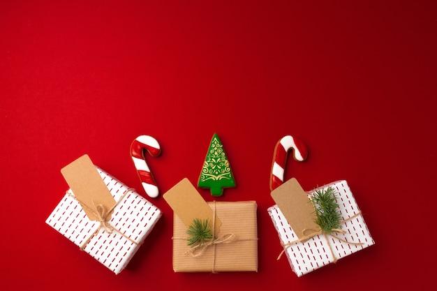 Рождественский подарок и пряники на красном фоне
