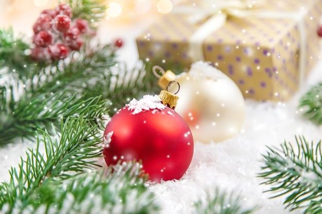 雪の上のクリスマスプレゼントと装飾品