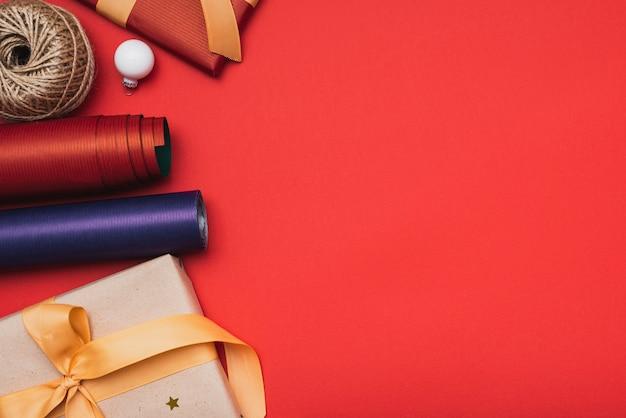 Рождественский подарок и упаковочная бумага на рождество