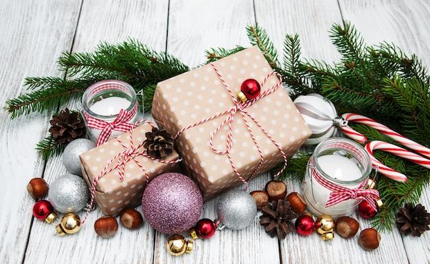 クリスマスギフトボックスと装飾 Premium写真