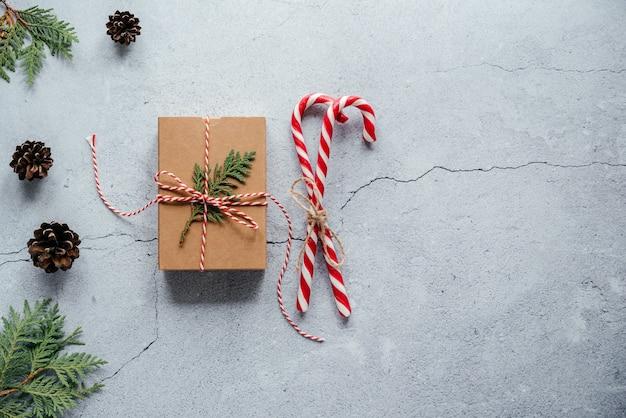 Thuja 가지와 사탕 지팡이로 장식된 크리스마스 선물 상자