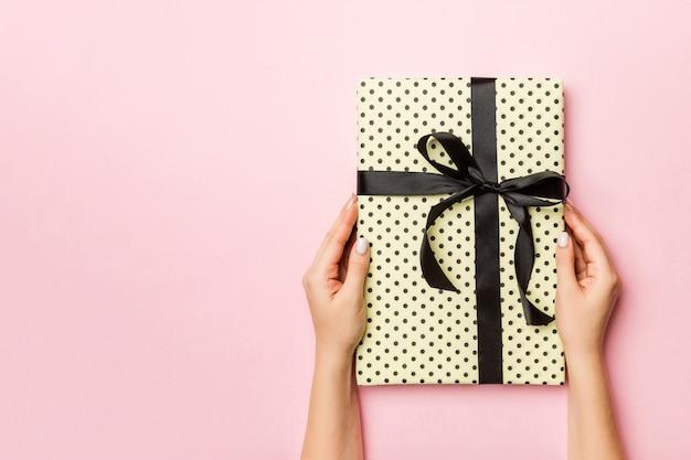 Рождественская подарочная коробка. концепция с новым годом.