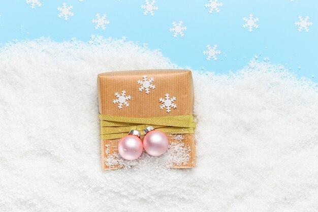 눈 속에서 크리스마스 선물 상자