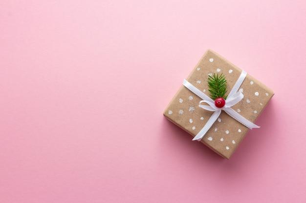Рождественская подарочная коробка в винтажном стиле на розовой поверхности