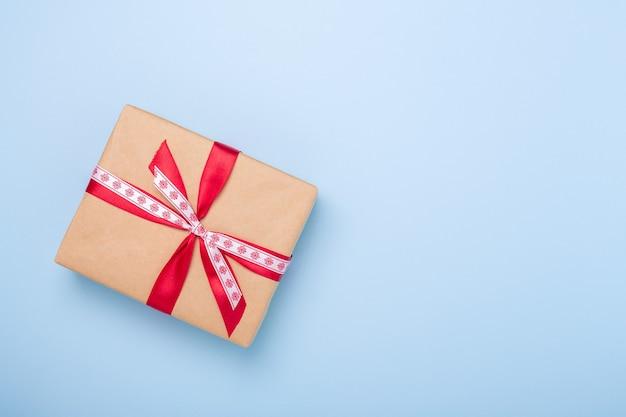 Рождественская подарочная коробка на синем фоне. вид сверху с копией пространства - изображение