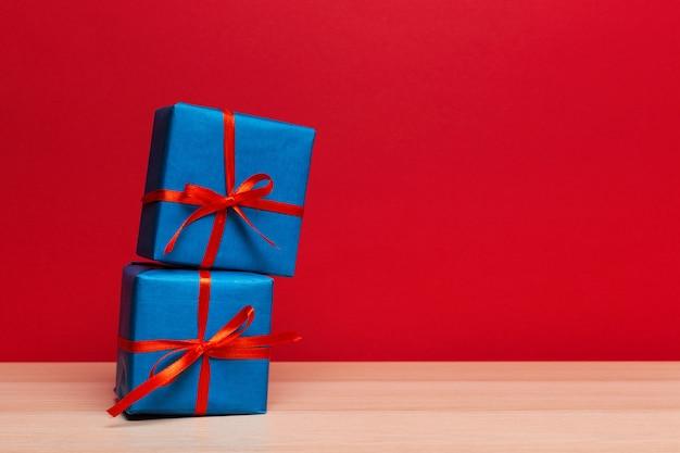 태블릿에 크리스마스 선물 상자