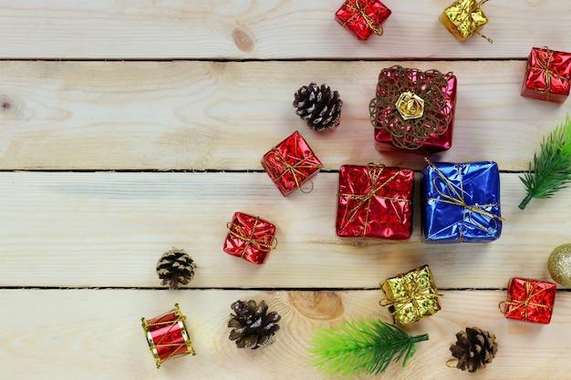 木の床にクリスマスギフトボックスがあり、デザイン用のコピースペースがあります。