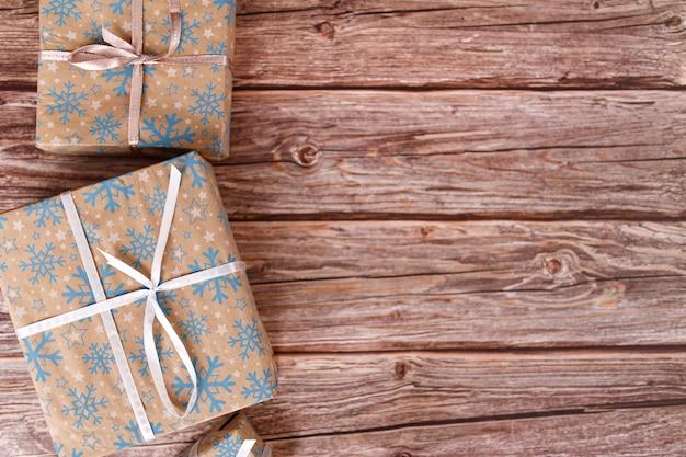 크리스마스 장식품, 근접 촬영 나무 테이블에 크리스마스 선물 상자. 프리미엄 사진