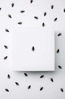 Рождественская подарочная коробка на белом фоне. над.