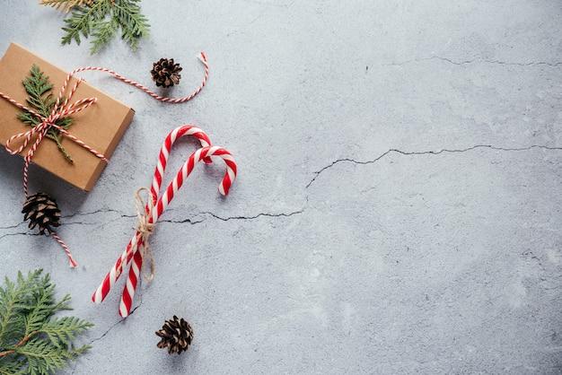 크리스마스 선물 상자 솔방울 thuja 가지와 사탕 지팡이