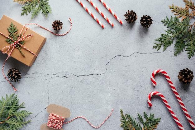 크리스마스 선물 상자 솔방울 thuja 가지와 포장 코드 플랫 레이