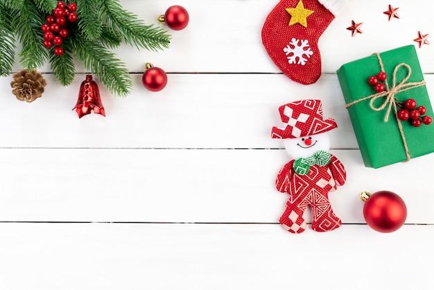 クリスマスのギフトボックス、スプルースの枝と装飾木製の背景。