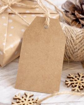 Рождественская подарочная коробка с крупным планом пустой подарочный тег, макет