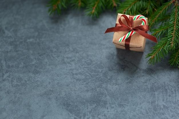 暗い背景に茶色のリボンとクリスマスギフトボックス