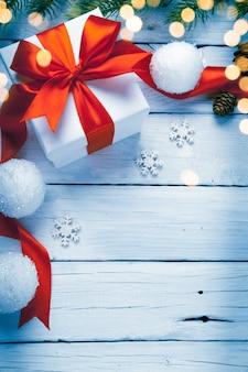 白い木製のテーブルに装飾が施されたクリスマスギフトボックス